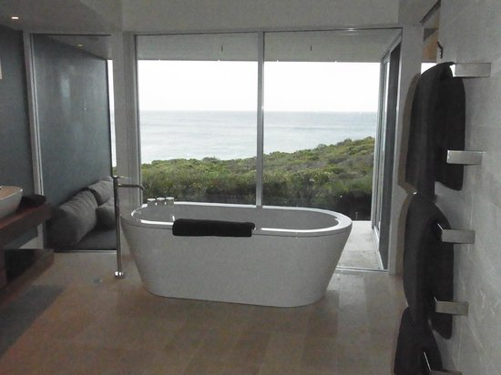 Southern Ocean Lodge: Great place for a bath.