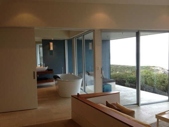 Southern Ocean Lodge : part of the bathroom and the veranda.