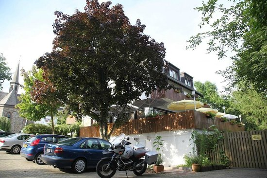 Landhotel Am Schloss: Außenansicht vom Parkplatz