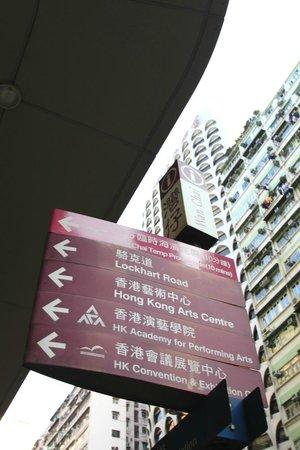 Metropark Hotel Wanchai Hong Kong: ホテル横交差点