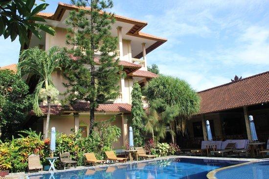 Hotel Lusa: Das Haus neben dem Pool