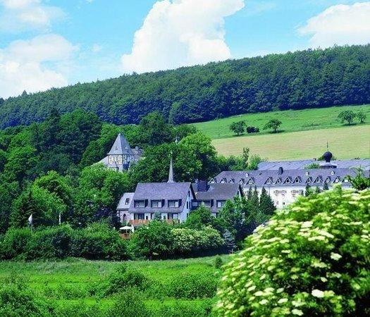 Landhotel Am Schloss: Blick aufs Hotel von der Kapelle