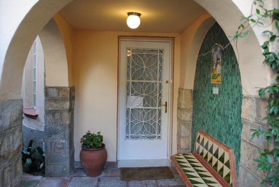 Tibidabo Apartments: вход в отель