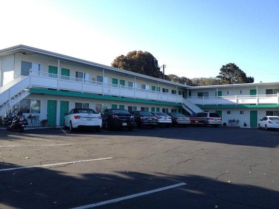 Morro Bay Sandpiper Inn: Внешний вид и место для машин