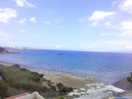 Hotel Almiros Beach: пляж Almiros, вид с балкона отеля Алмирос Бич