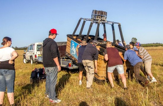 Balloon Aloft Hunter Valley Day Tours : Everyone helping get the basket back onto the trailer.