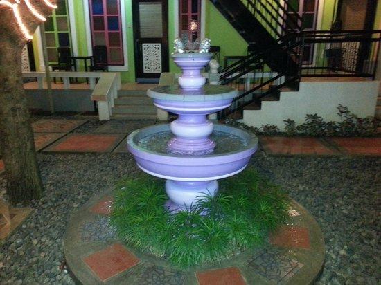 Purple Fountain  Inn: Purple fountain