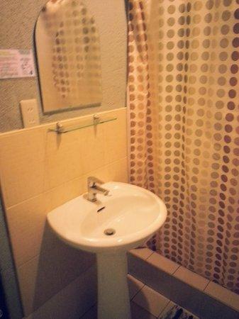 Purple Fountain  Inn: Sink