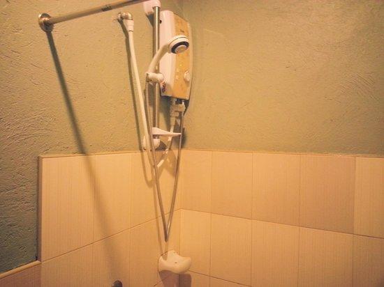 Purple Fountain  Inn: Shower
