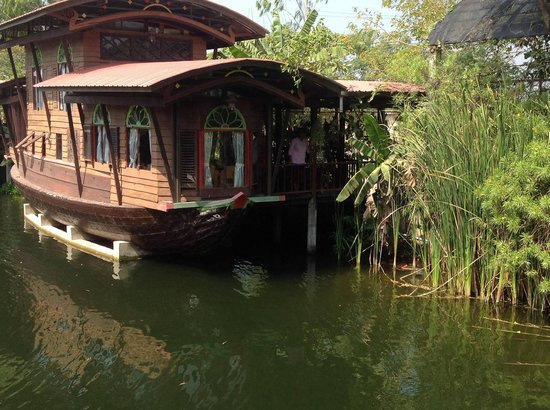 Mom Chailai River Retreat: View of double decker housebaoat