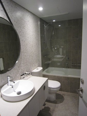 Adina Apartment Hotel Bondi Beach: One Bedroom apartment - bathroom