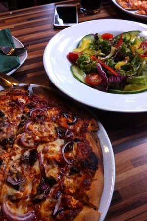 Woodstone Pizza and Grill: Burnt pizza, crust like a roof slate!