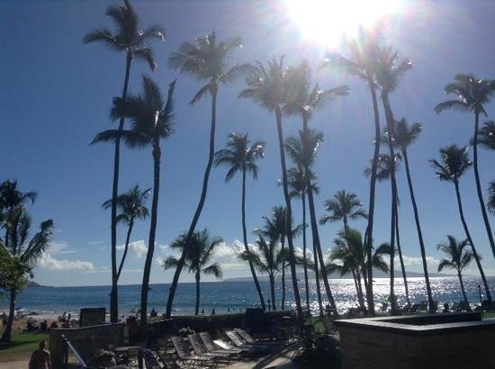 Mana Kai Maui: view from oceanfront of hotel by restaurant entrance
