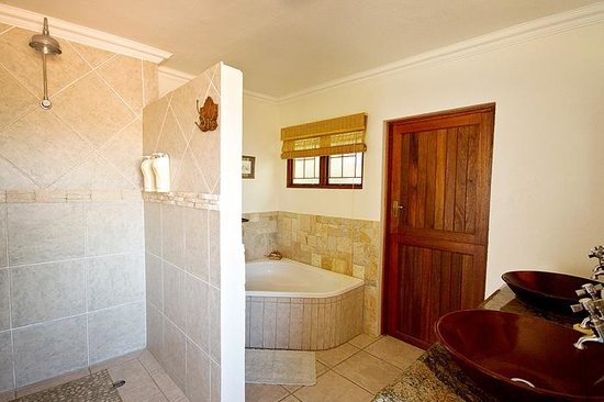 Akidogo Guest House : En Suite bathroom