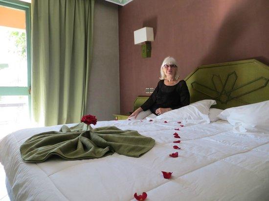 Hotel Chems : Chambre avec une belle literie et très propre et salle de bain spacieuse, et petite terrasse.
