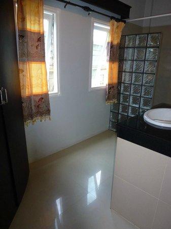 Maleedee Bay Resort : Det ene af to badeværelser på værelset; Bruser, håndvask og skab med safety box. Der er ingen dø