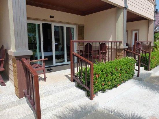 Maleedee Bay Resort : Terrasse og værelset set udefra