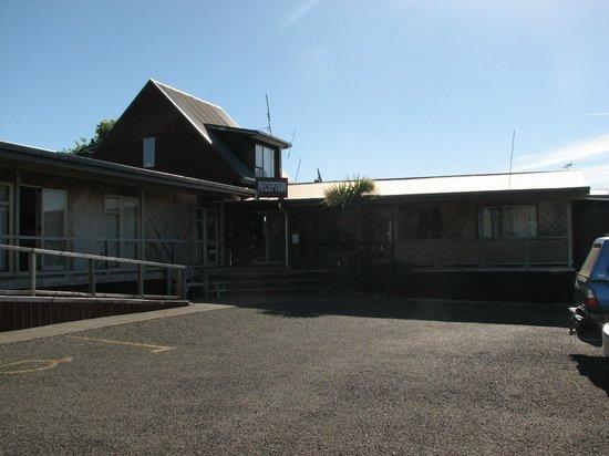 Plateau Lodge: The sun shines on reception