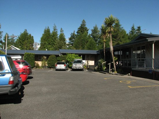 Plateau Lodge: Nice open car park and lodge decking