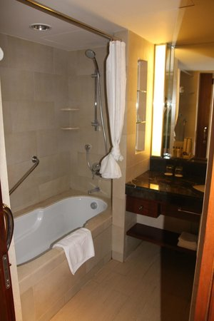 Shangri-La's Mactan Resort & Spa: Bathroom