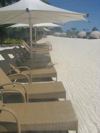 Shangri-La's Mactan Resort & Spa: Lots of beach chairs