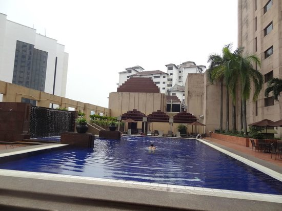 Grand Seasons Hotel: At the poolside..