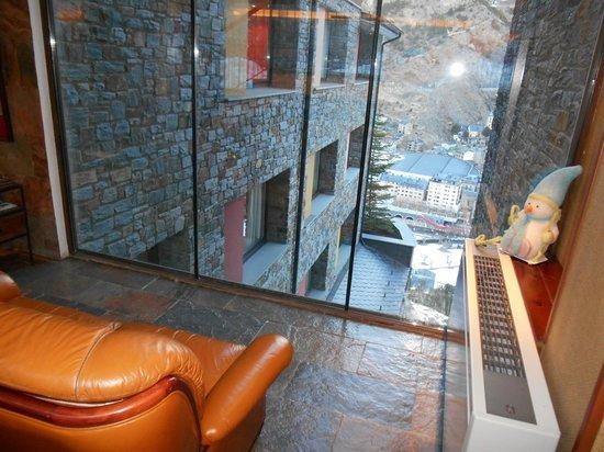 AJ Hotel & Spa: Вид с дивана в лобби.