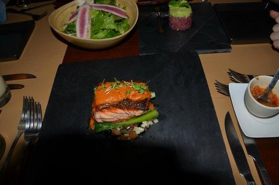 Barracuda Restaurant : Запеченая рыба, саоат с тунцом и руколой, закуска с тунцом и авокадо