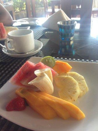 Harbour Winds Hotel : Lovely fresh fruit serving for breakfast