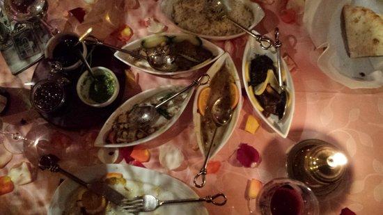 Basmati: platos variados sobre mesa en flores y velas aromáticas