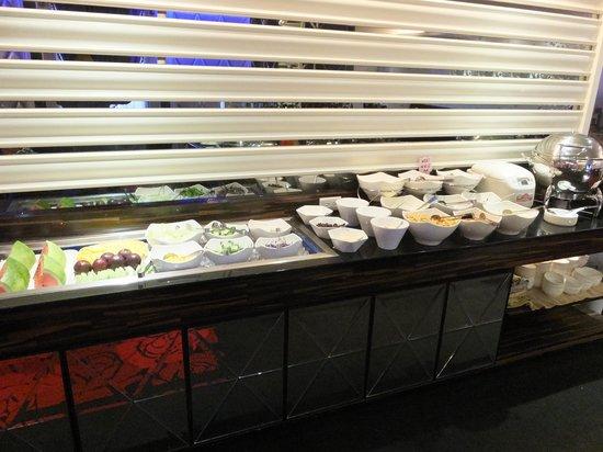Capital Hotel Arena: サラダやフルーツもあり、勿論コーヒー等の飲物もあります
