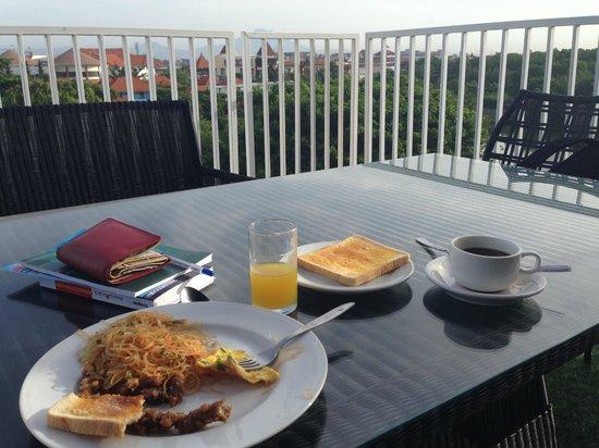 Q Hotel Bali: Завтрак на террасе отеля