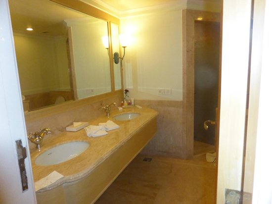 Sheraton Grand Pune Bund Garden Hotel: Bathroom