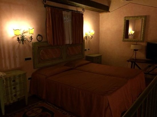 Calamidoro Hotel: Suite room (bed)