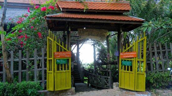 Le Bout du Monde - Khmer Lodge: Entrée côté Forêt