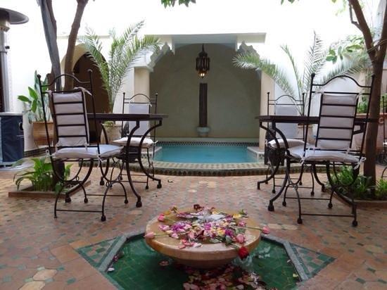 Riad Dar Dialkoum : courtyard where we had breakfast
