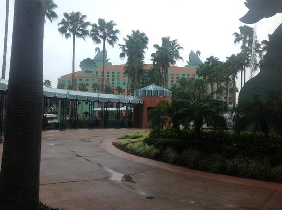 The Garden Grove : Walkway linking The Swan and Dolphin Hotels- Orlando