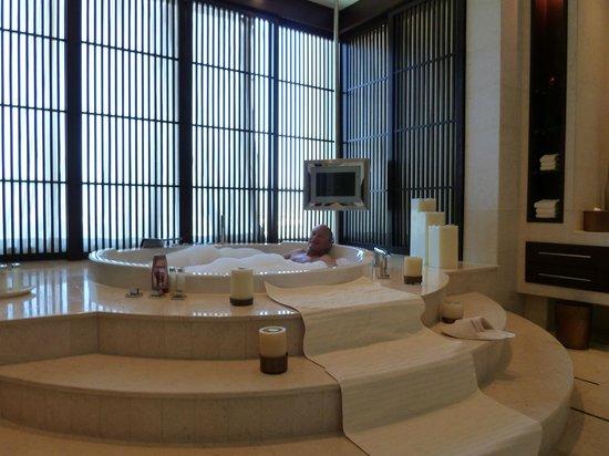 Raffles Dubai: Bathroom with Jacuzzi
