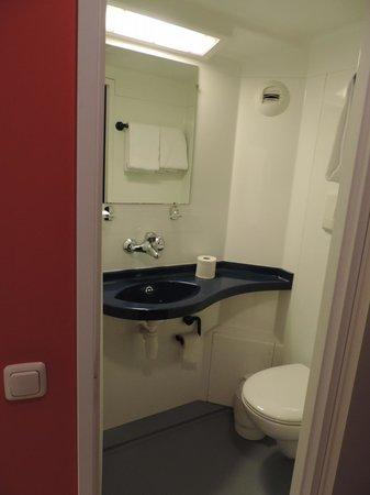 Generator Hostel Berlin Prenzlauer Berg: El baño, no se ve la ducha