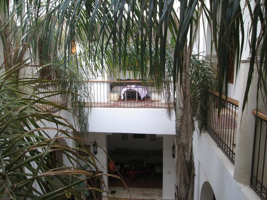 Riad Mariana: Terrace looking into courtyard.