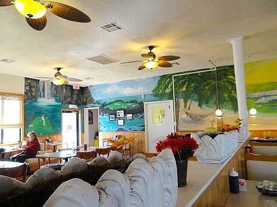 Tee-Time Cafe: golf mural on the wall