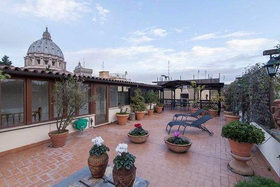 Terrazza Solarium Con Vista Su Cupola Di San Pietro Foto