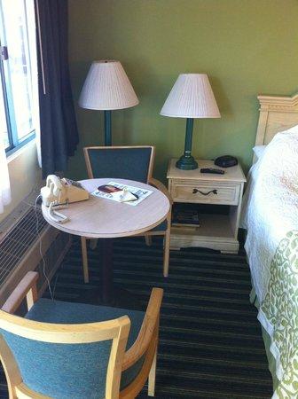 Days Inn Santa Barbara : Mesa no quarto