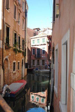 Hotel Casa Verardo - Residenza D'Epoca: View of canal from bridge at front door