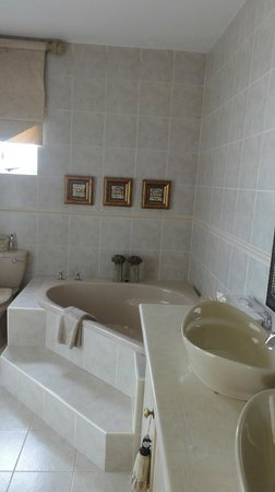 Xanadu Guest Villa : Opulent bathroom - note the romantic candles ;-)