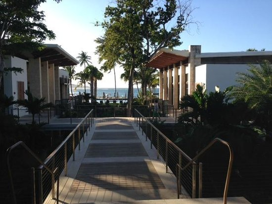 Dorado Beach, a Ritz-Carlton Reserve: Entrance to hotel with view of beach
