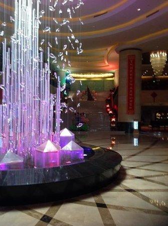 Crowne Plaza Yantai Seaview : hotel Grand Staircase