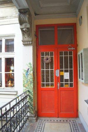 Lavender Circus Hostel: Общая зона вход