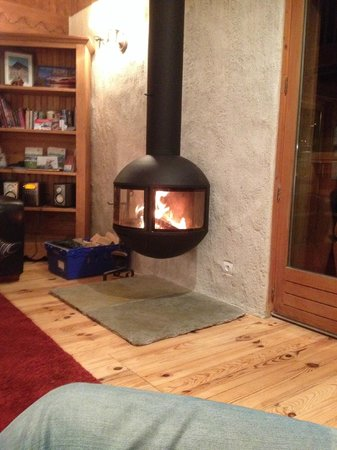 Chalet Aux Joux : the hottest fire I have ever come across, Super cosy.