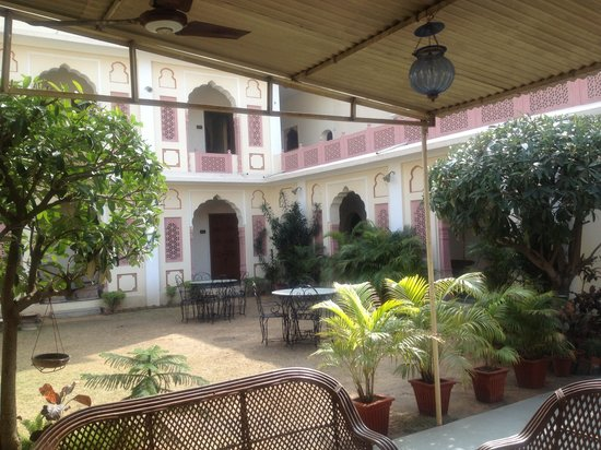 Hotel Chirmi Palace: Beautiful garden space around the rooms.